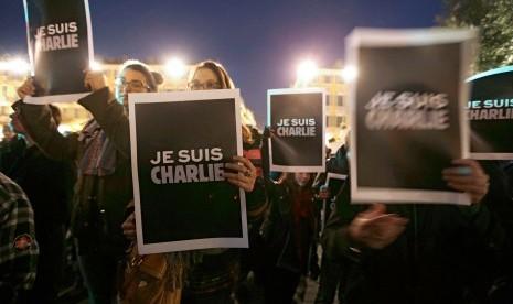 Masyarakat demo mendukung Charlie Hebdo.