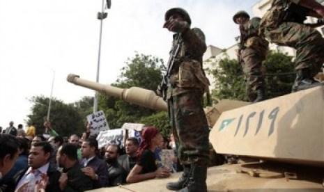 Militer Mesir berjaga-jaga di sekitar lapangan.