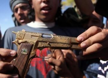 Qaddafi Ditembak dengan Senjatanya Sendiri yang Berlapiskan Emas