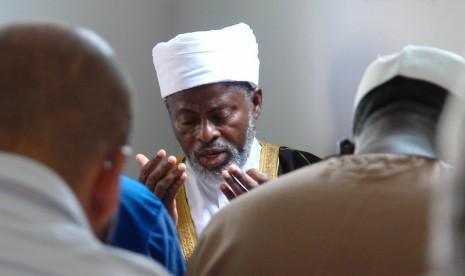 Muslim Peru saat berdoa usai saat jamaah di sebuah masjid.
