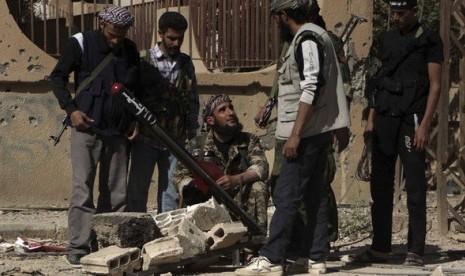 Oposisi Suriah memasang roket untuk menyerang pasukan pemerintah Bashar al-Assad