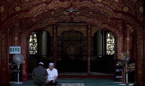 Warga muslim Cina tengah beribadah di dalam Masjid Niujie, Beijing, Selasa (16/7).(AP/Andy Wong)