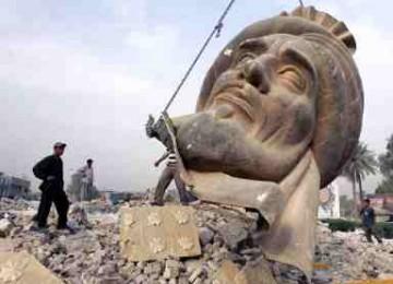 Patung Khalifah Abu Ja'far Al-Manshur yang dihancurkan di Baghdad.