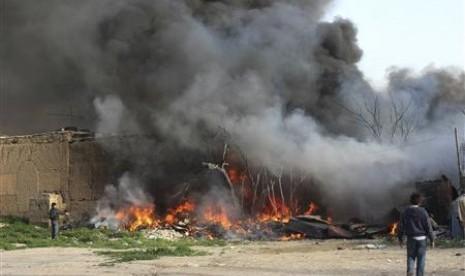 Penduduk Suriah mencoba memadamkan api bekas pertempuran tentara dengan pemberontak di Damaskus