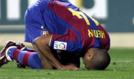 Thierry Henry saat sujud syukur sebagai selebrasi usai mencetak gol.