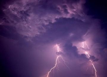 Awan tebal dan kilat (ilustrasi).