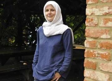 Refleksi Mualaf Lucy Bushill-Mathews: Kita Tak Bisa Memaksa Orang untuk Masuk atau Keluar dari Islam