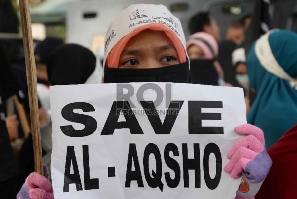 Ratusan massa melakukan aksi solidaritas untuk Masjid Al Aqsa di depan Kedutaan Besar Palestina, Jakarta, Jumat (2/10).  (Republika/Yasin Habibi)