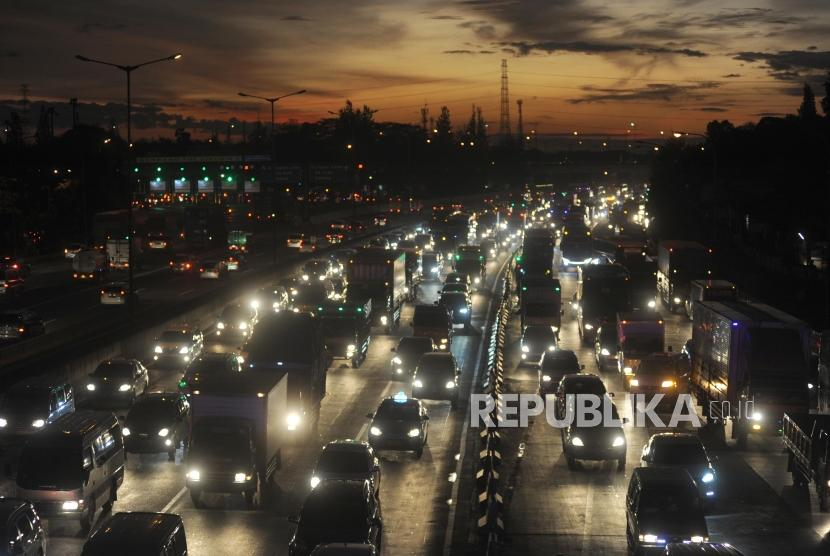 Kemacetan di jalan tol Jakarta - Cikampek kawasan Cikunir, Bekasi, Jawa Barat (22/12).