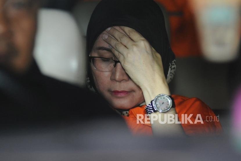 Hakim Pengadilan Negeri (PN) Tangerang Wahyu Widya Nurfitri yang terjaring operasi tangkap tangan (OTT) mengenakan rompi tahanan berada dalam mobil tahanan seusai diperiksa di gedung KPK, Jakarta, Selasa (13/3).