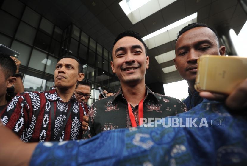 Gubernur Jambi Zumi Zola berjalan usai memenuhi panggilan KPK, Jakarta, Jumat (5/1).