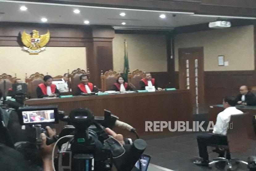 Terdakwa kasus korupsi proyek pengadaan KTP-elektronik (KTP-el) Andi Agustinus atau Andi Narogong menjalani sidang putusan di Pengadilan Tindak Pidana Korupsi Jakarta, Kamis (21/12).