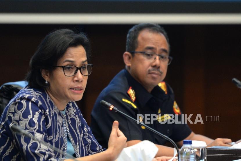 Aturan Ekspor dan Impor Penumpang. Menteri Keuangan Sri Mulyani (kiri) bersama Dirjen Bea dan Cukai Heru Pambudi  saat konferensi pers di Gedung Kementerian Keuangan, Jakarta, Kamis (28/12).