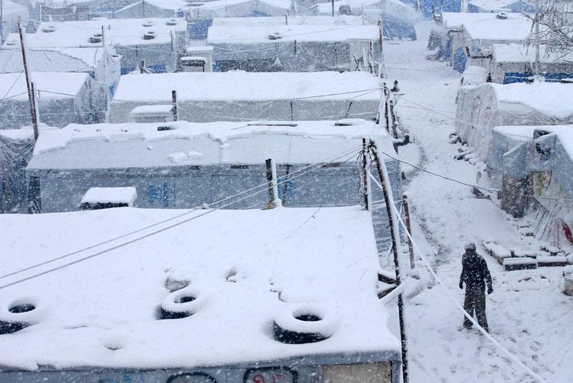 Badai salju menerpa tenda para pengungsi asal Suriah di desa Deir Zannoun, lembah Bekaa, Lebanon, Rabu (7/1). (AP/Hussein Malla)