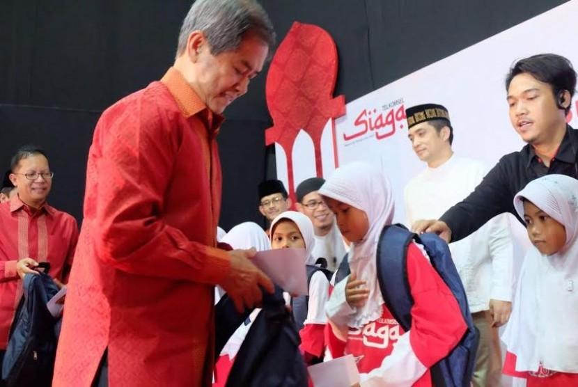 Direktur Human Capital Management Telkomsel, Priyantono Rudito menyerahkan santunan kepada anak yatim piatu di Cirebon, Selasa (21/6)