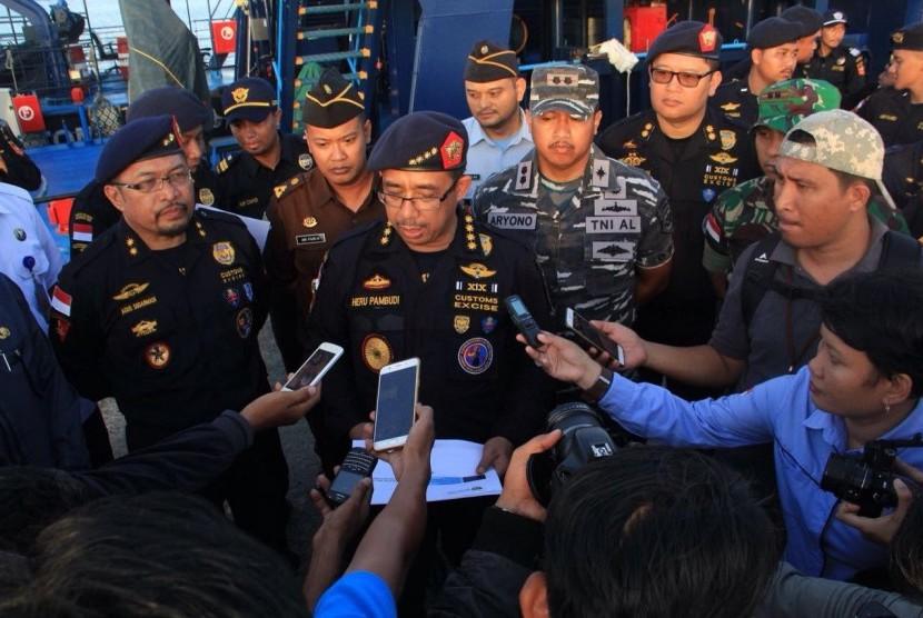 Direktur Jenderal Bea Cukai Heru Pambudi memberikan keterangan tentang penyelundupan yang berhasil diamankan oleh Bea Cukai.