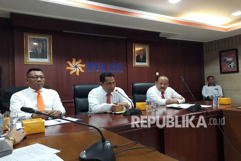 Direktur Utama Perum Bulog Budi Waseso (tengah) bersama direksi dalam media briefing di Gedung Bulog, Senin (14/5).
