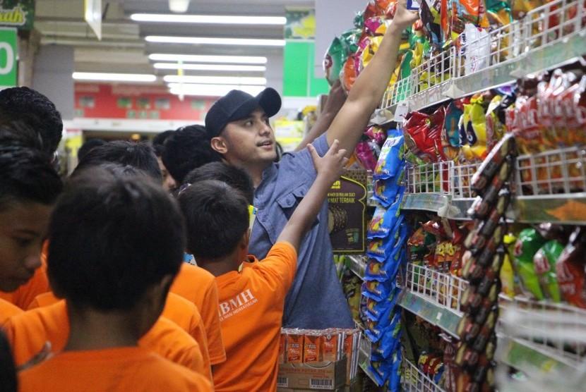 Hengky Kurniawan dan BMH berbagi dengan anak-anak yatim dan dhuafa