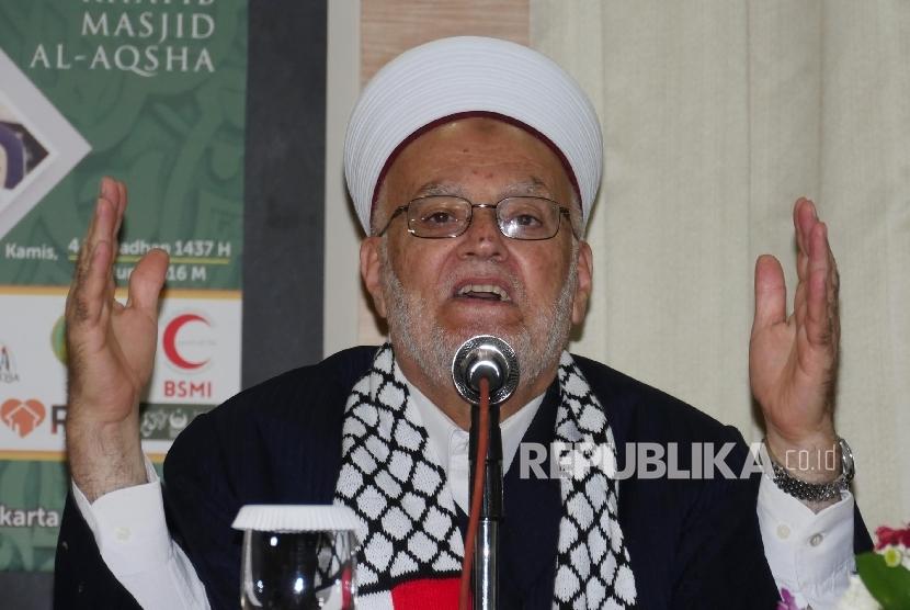 Imam & Khatib Masjid Al Aqsha Syaikh Ikrimah menyampaikan paparannya pada acara Silaturahmi dan buka puasa bersama Syaikh Ikrimah Sabri di Jakarta, Kamis (9/6). (Republika/Darmawan)