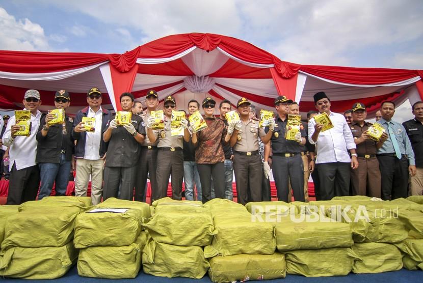 Kapolri Jenderal Pol Tito Karnavian (kelima kanan) bersama Menteri Keuangan Sri Mulyani (tengah) dan pejabat lainnya menunjukkan barang bukti narkotik jenis sabu di Pelabuhan Sekupang, Batam, Kepulauan Riau, Jumat (23/2).