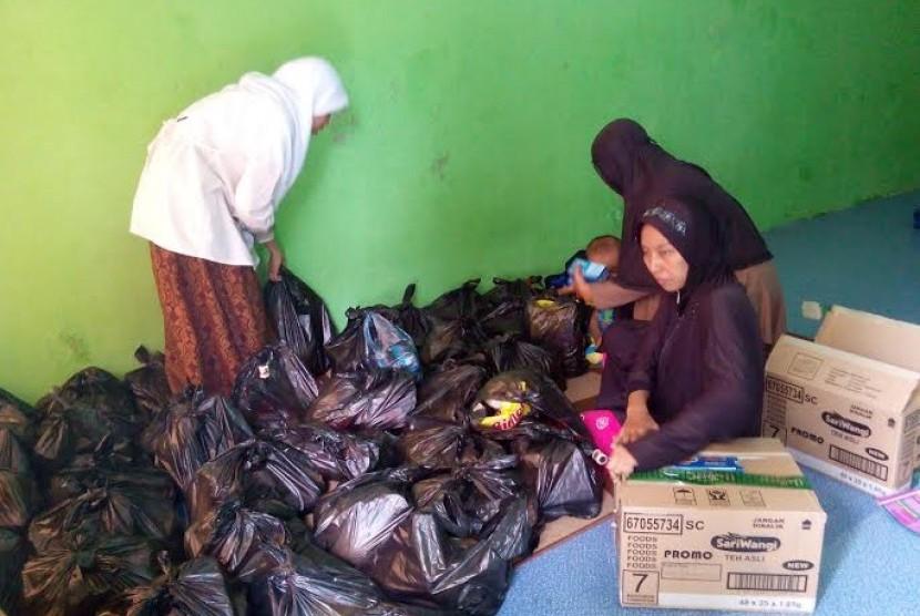 Lazismu Aceh mengumpulkan paket Ramadhan.
