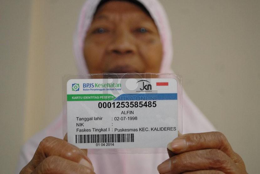 warga menunjukkan kartu BPJS miliknya. (Republika/Rakhmawaty La'lang)