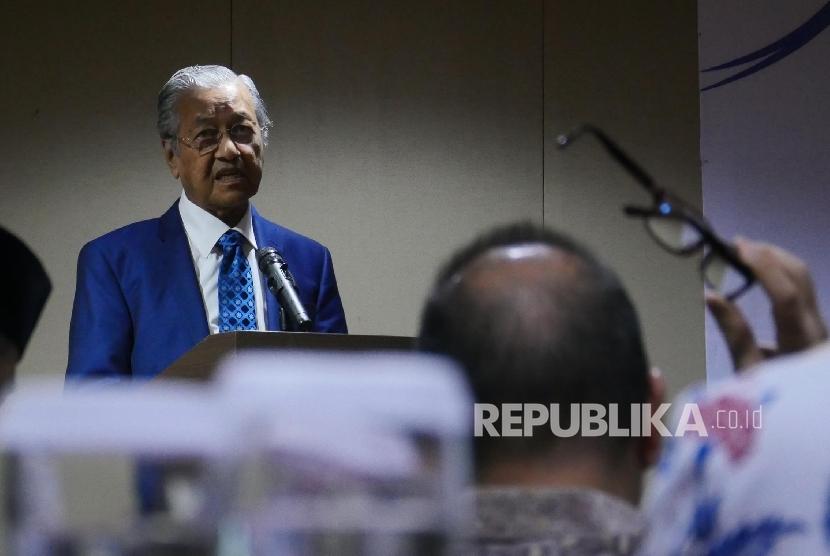 """Mantan PM Malaysia Mahathir bin Muhammad menyampaikan materi pada sebuah talkshow bertema """"Peluang dan Tantangan Halal Tourism"""" di Jakarta, Rabu (16/8)."""
