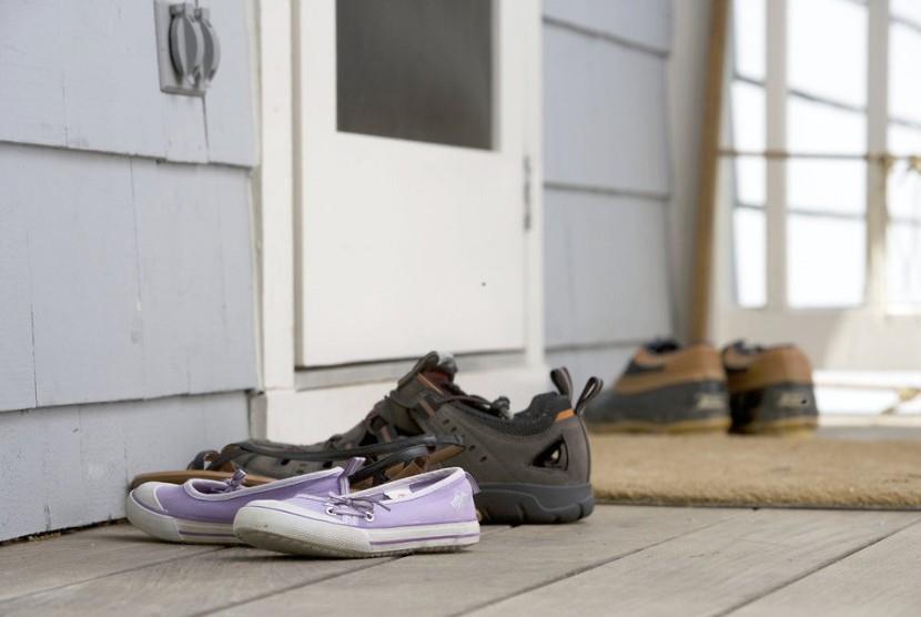 Menanggalkan sepatu di luar rumah membantu menjaga kebersihan diri dan rumah.