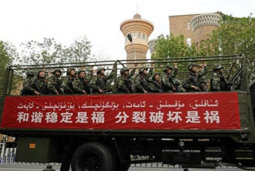 Militer Cina dikerahkan untuk mengawasi aktivitas Muslim di Xinjiang.