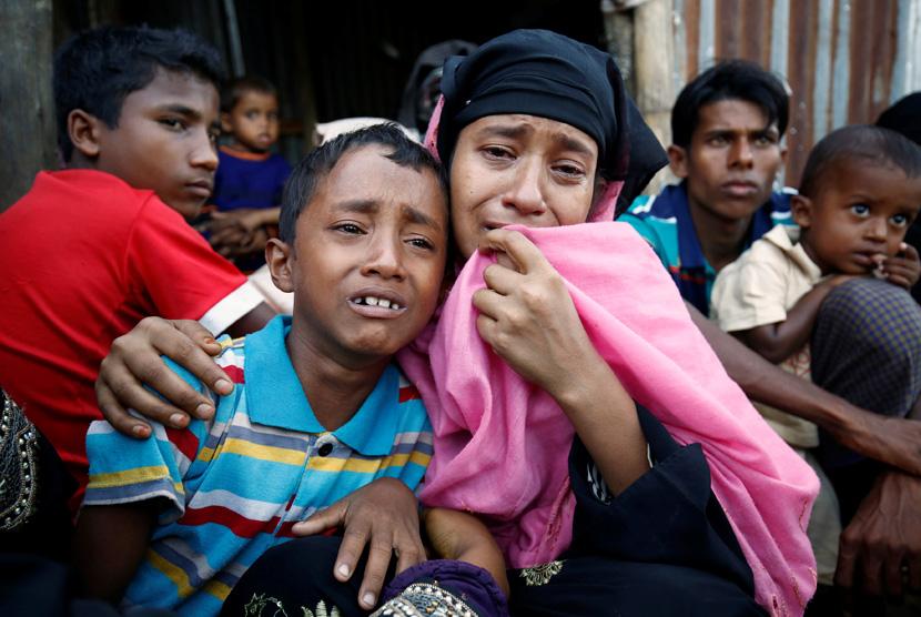 Muslim Rohingya menangis setelah ditangkap oleh Penjaga Perbatasan Bangladesh di perbatasan Cox Bazar, Bangladesh, (21/11).