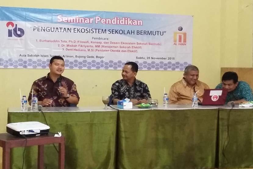 """Pakar pendidikan Dr Misbah Fikrianto menyampaikan pemaparan pada seminar pendidikan bertajuk """"Penguatan Ekosistem Sekolah Bermutu"""" di kampus Perguruan Al-Iman Citayam, Bogor, Jawa Barat, Sabtu (28/11)."""