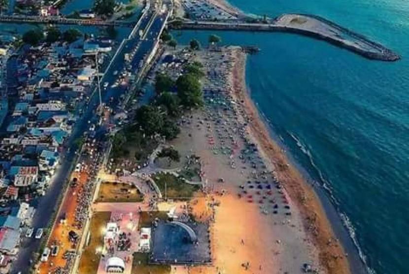 Pantai Padang saat senja.