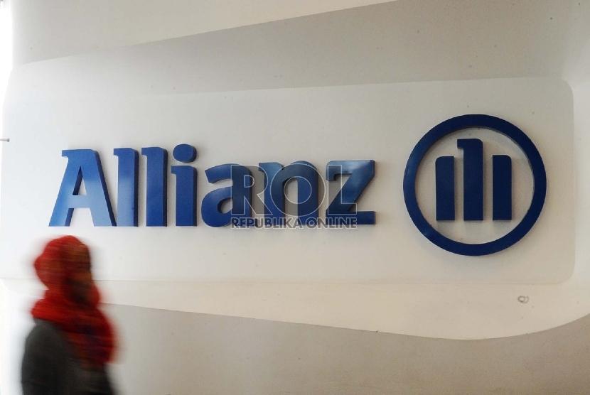 Pekerja melintas pada kantor asuransi Allianz di Jakarta, Jumat (18/9).