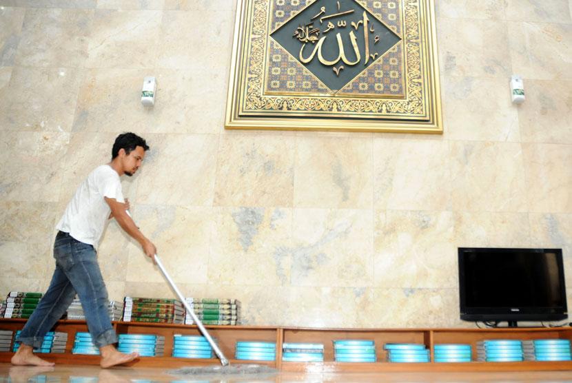 Pekerja membersihkan lantai masjid sebagai persiapan menjelang bulan suci Ramadhan. Ilustrasi (Republika)