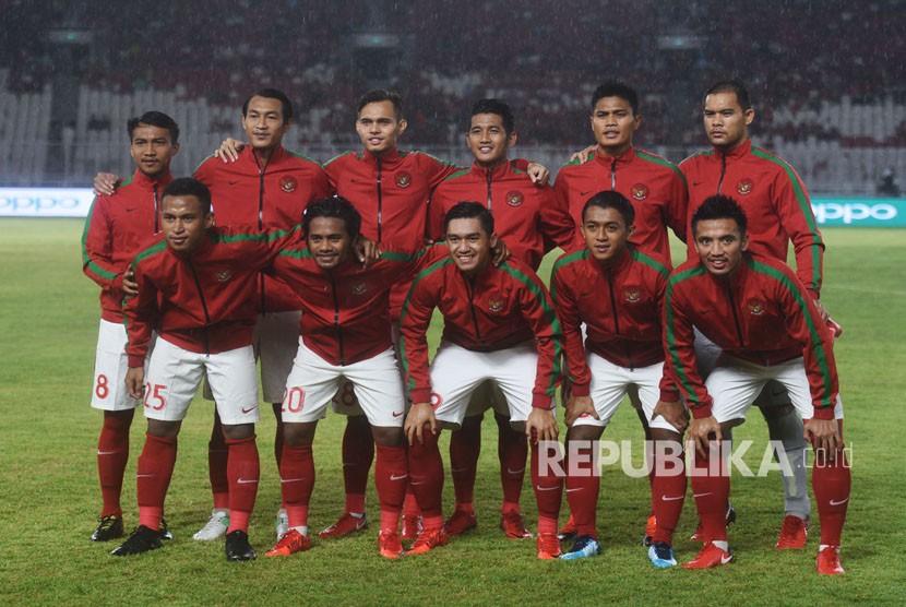 Pemain Timnas Indonesia berfoto bersama sebelum menghadapi Islandia dalam pertandingan persahabatan di Stadion Utama Gelora Bung Karno, Jakarta, Ahad (14/1).