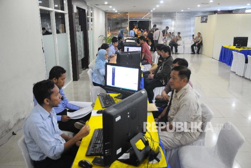 Petugas melayani wajib pajak yang mengikuti program tax amnesty di Kantor Pusat Ditjen Pajak, Jakarta, Rabu (29/3).