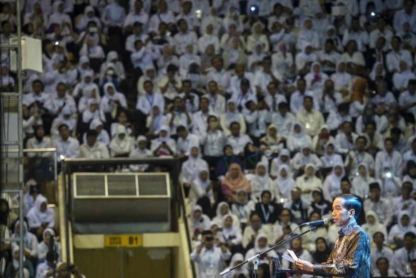 Presiden Joko Widodo menyampaikan sambutan pada acara puncak Peringatan Hari Guru Nasional ke-21 Tahun 2015 di Istora Senayan, Jakarta, Selasa (24/11).