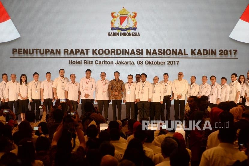 Presiden RI Joko Widodo berfoto dengan pengurus Kadin seusai Penutupan Rakornas Kadin 2017, Jakarta, Selasa (3/10).