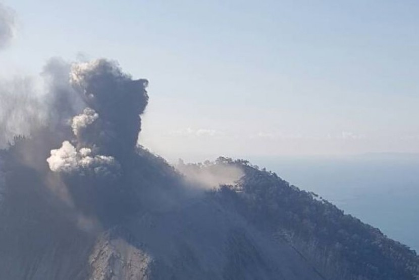 Ratusan penduduk desa telah dievakuasi dari Pulau Kadovar, mereka mengungsi ke pulau terdekat.