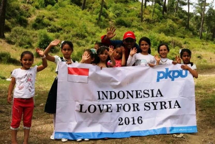 Relawan PKPU bersama anak-anak Suriah.