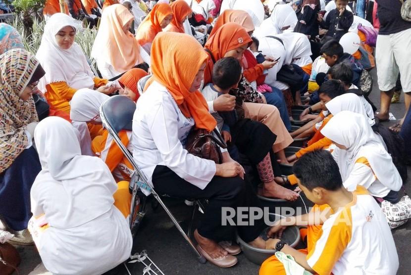Sejumlah anak membasuh kaki ibunya pada Tarhib Ramadhan Rumah Zakat (RZ) di Jl Ir H Djuanda, Kota Bandung, Ahad (30/5). (Foto: Dede Lukman Hakim)