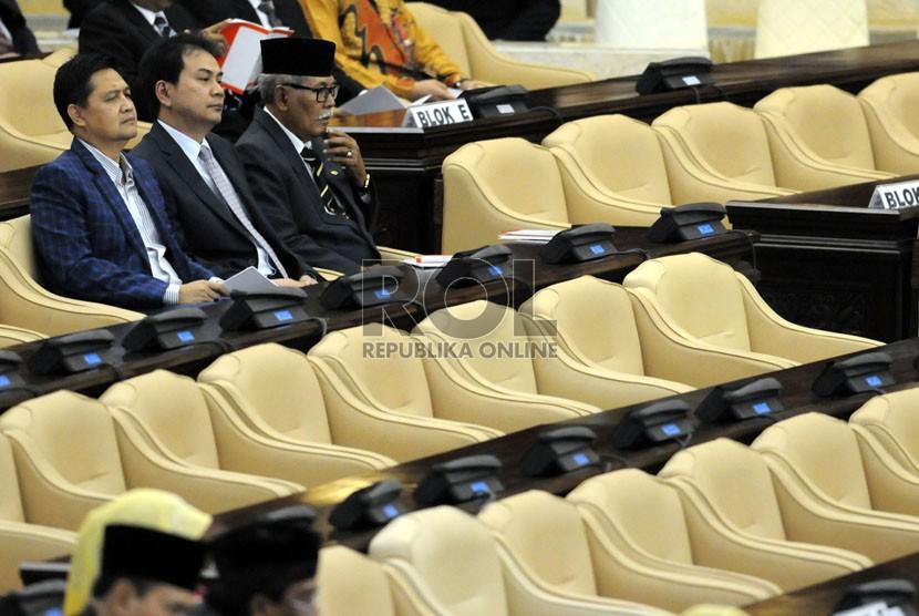 Sejumlah anggota DPR berada di antara kursi-kursi kosong yang penghuninya tidak hadir dalam sidang paripurna di Gedung Nusantara, Kompleks Parlemen, Jakarta, Jumat (15/8).(Republika/Aditya Pradana Putra)