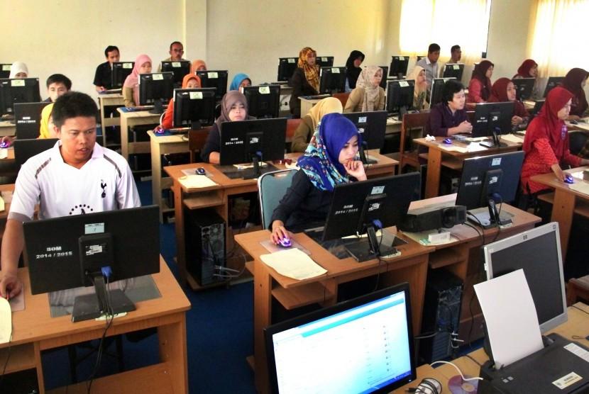 Sejumlah guru mengikuti Uji Kompetensi Guru (UKG) 2015 di SMK Negeri 1 Serang, Banten, Selasa (10/11).