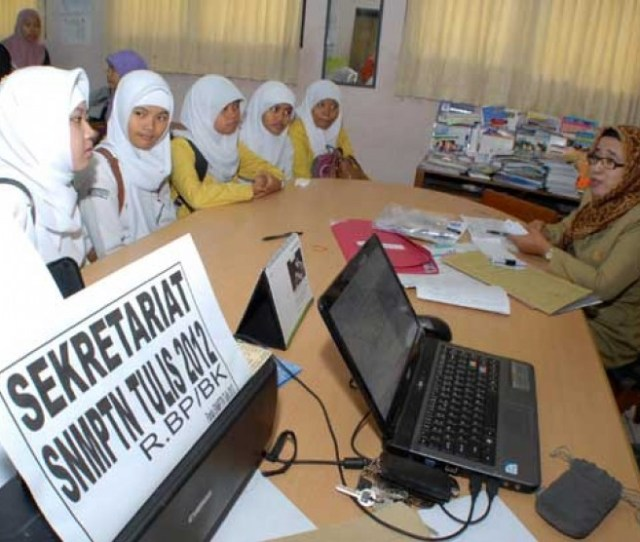 Sejumlah Pelajar Konsultasi Dengan Panitia Saat Akan Melakukan Pendaftaran Secara Kolektif Snmptn Di Tangerang Banten