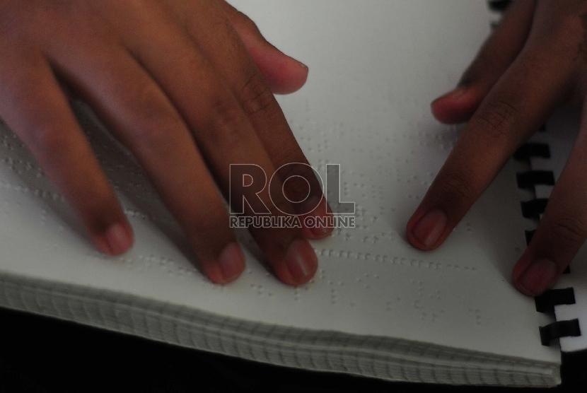 Sejumlah penyandang tuna netra membaca kitab suci Alquran dengan cetakan huruf braille saat melaksanakan Tadarus di Mesjid yayasan Wyataguna, Selasa (23/6). (foto : Septianjar Muharam)