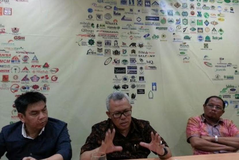 Sekretaris Jendral Himpunan Penyelenggara Umrah dan Haji (Himpuh) Mucharom (kiri) bersama Ketua Umum Himpuh H Ahmad Baluki (tengah).