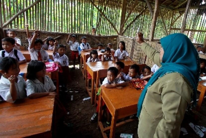 Seorang guru saat mengajar di sekolah (ilustrasi).