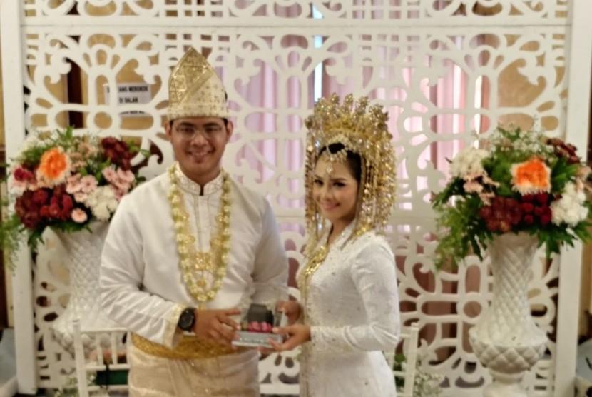 Suntiang dikenakan perempuan dalam pernikahan adat Minangkabau, Sumatra Barat.