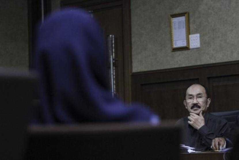 Terdakwa kasus merintangi penyidikan kasus korupsi KTP elektronik Fredrich Yunadi menyimak keterangan saksi pada sidang lanjutan di Pengadilan Tipikor, Jakarta, Kamis (5/4). Sidang tersebut beragendakan mendengarkan keterangan saksi yang dihadirkan Jaksa Penuntut Umum (JPU) KPK.