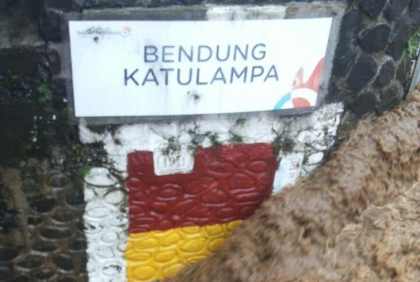 Tinggi muka air (TMA) Bendung Ciliwung Katulampa, Bogor, naik hingga 220 centimeter atau berstatus siaga satu pada Senin (5/2) pukul 08.30 WIB.